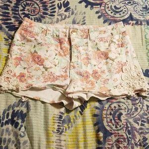 🌴Floral shorts w/ lace applique